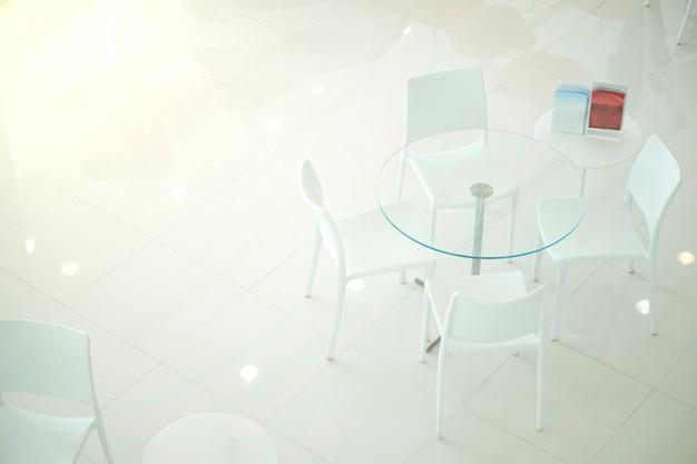 Weißer stuhl für die kundenempfehlungen im autohaus
