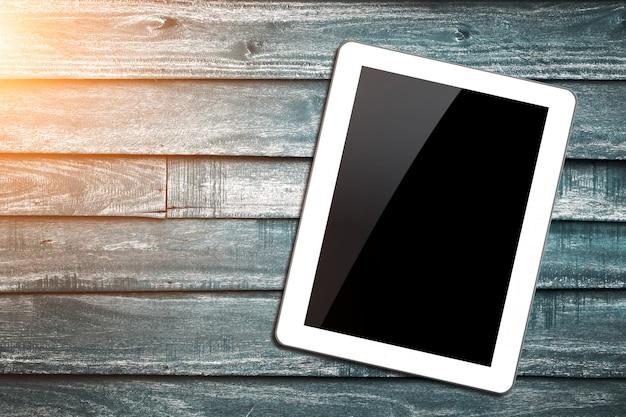 Weißer tablet-pc auf hölzernem