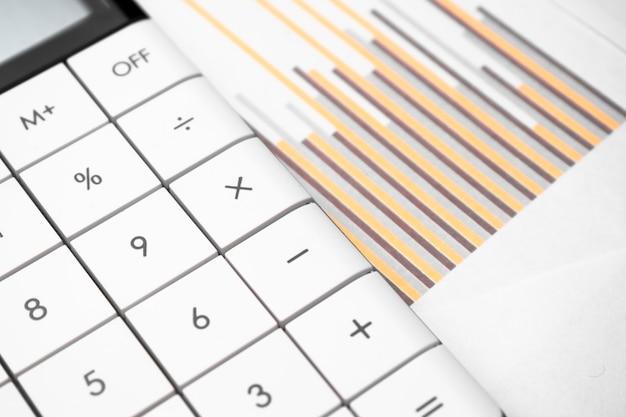 Weißer taschenrechner und farbige diagramme