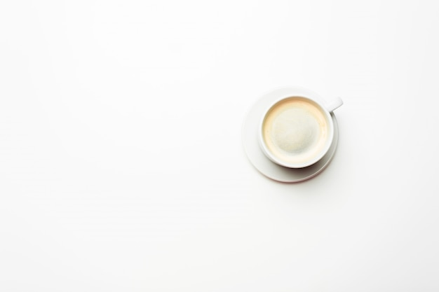 Weißer tasse kaffee lokalisiert auf dem weißen hintergrund