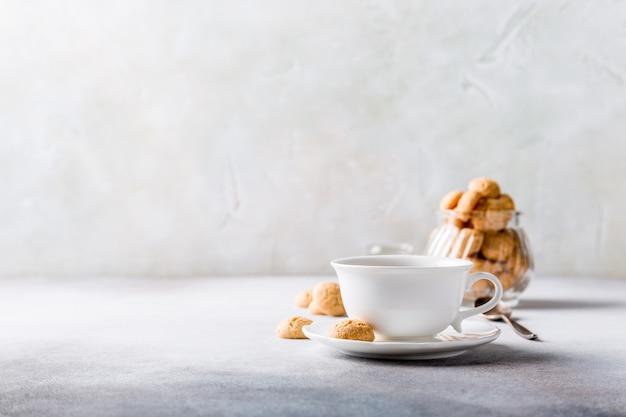 Weißer tasse kaffee mit amaretti-plätzchen