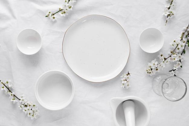 Weißer tisch für ein köstliches essensarrangement