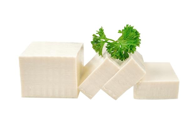 Weißer tofu auf lokalisiertem weißem hintergrund.