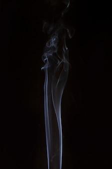 Weißer transparenter rauch auf schwarzem hintergrund