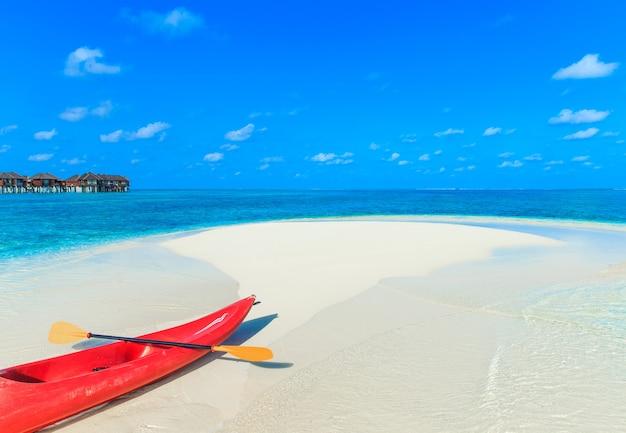 Weißer tropischer strand auf den malediven