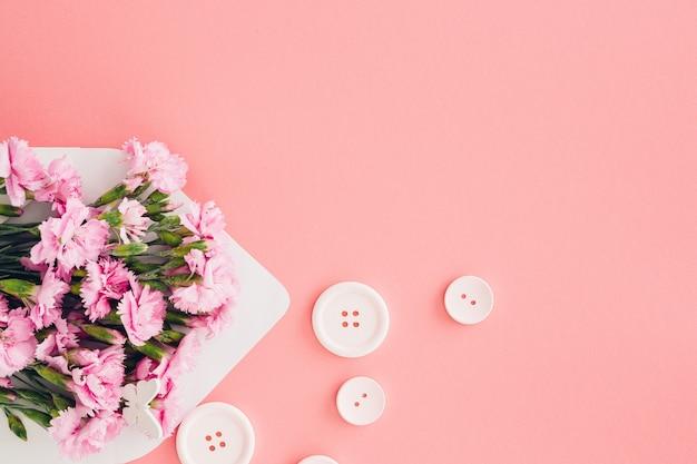 Weißer umschlag mit rosa schönen blumen auf rosa. post für dich