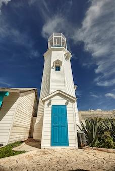 Weißer und blauer leuchtturm: der leuchtturm von isla mujeres in mexiko.