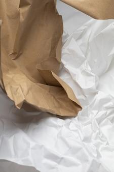 Weißer und brauner zerrissener kraftpapierhintergrund