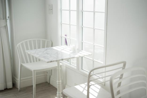 Weißer und heller ton des wohnzimmers mit stuhl und marmortabelle