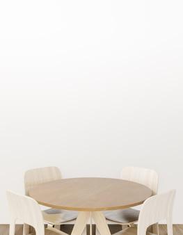 Weißer und mit ziegeln gedeckter esszimmerinnenraum mit einem bretterboden, tisch mit stühlen.