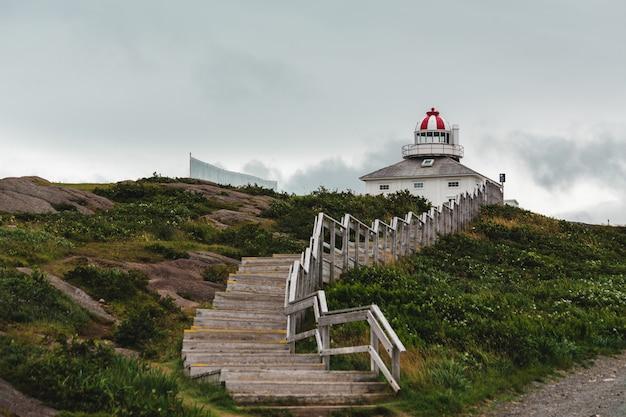Weißer und roter leuchtturm
