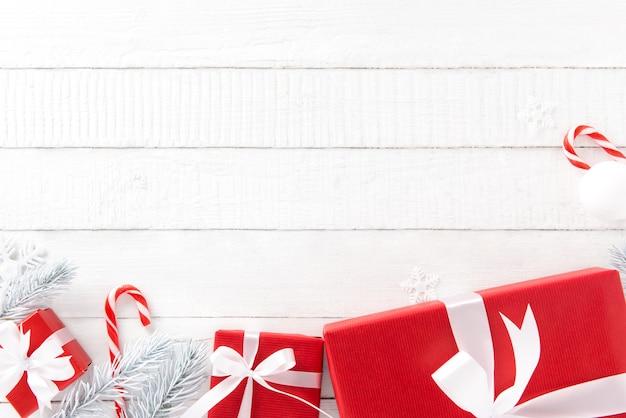 Weißer und roter weihnachtsmotivhintergrund