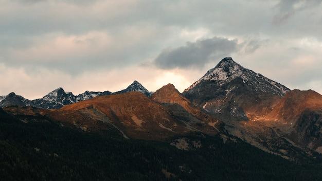 Weißer und schwarzer berg