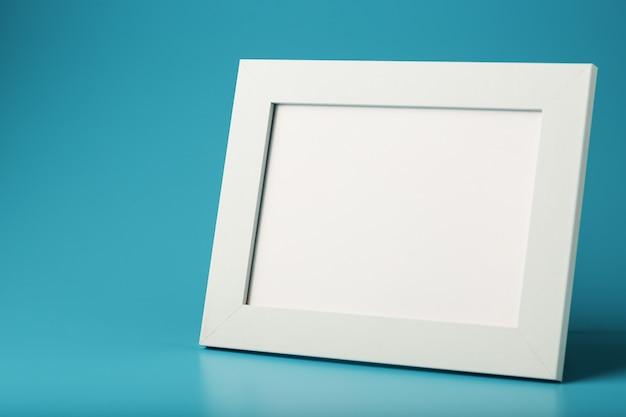 Weißer und schwarzer fotorahmen mit leerem raum
