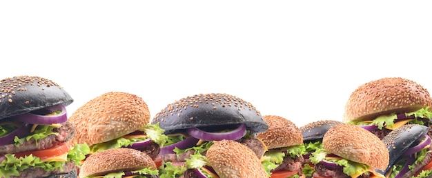 Weißer und schwarzer hamburger auf weißem hintergrund