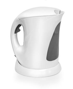 Weißer wasserkocher isoliert auf weiß mit beschneidungspfad