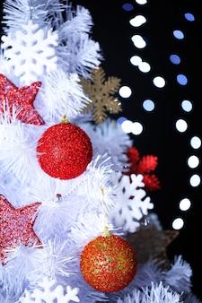 Weißer weihnachtsbaum auf bokeh-hintergrund