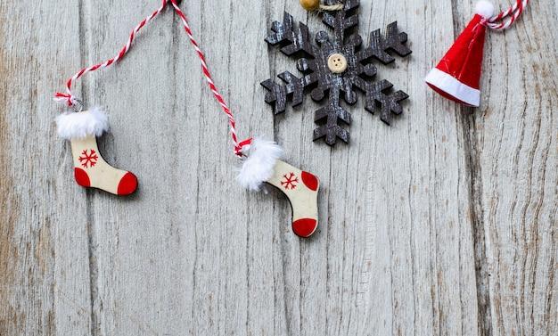Weißer weihnachtsbaum mit sockenverzierungsdekoration auf holz