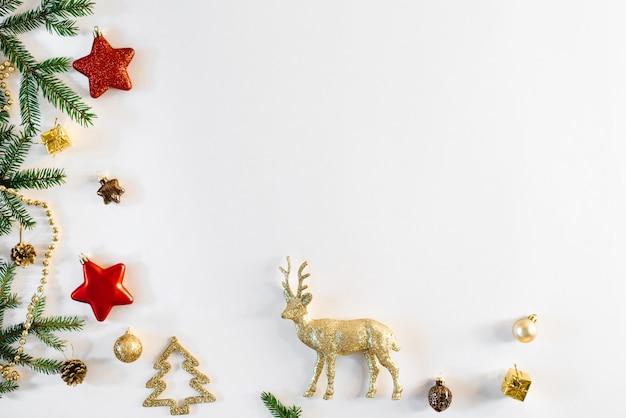 Weißer weihnachtshintergrund mit weihnachtsbaumspielzeug