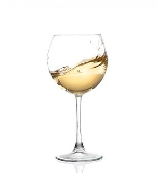 Weisser wein, der in ein becherweinglas, lokalisiert auf einem weißen hintergrund wirbelt