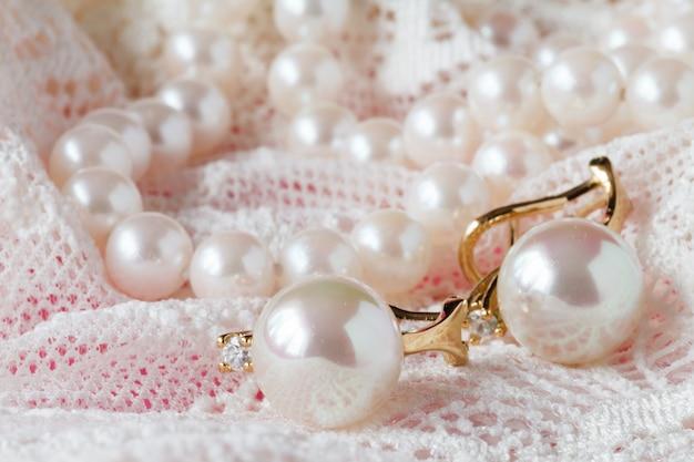 Weißer zarter spitzenstoff und perlen
