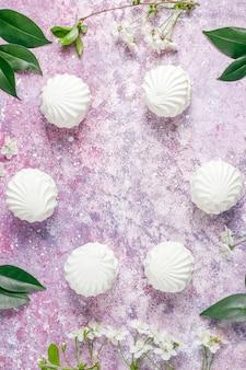 Weißer zephyr, köstliche marshmallows mit frühlingsblüten