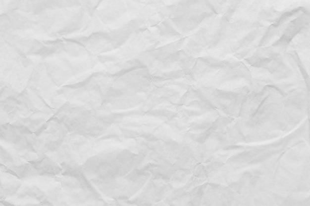 Weißer zerknitterter kunstpapierhintergrund für die gestaltung ihres texturkonzepts.