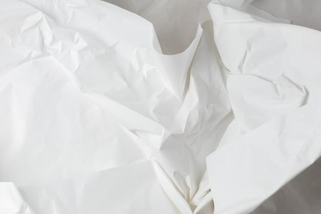Weißer zerknitterter packpapierhintergrund mit textur und platz für text