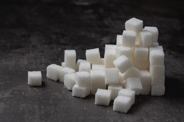 Weißer zuckerwürfel auf tabelle.