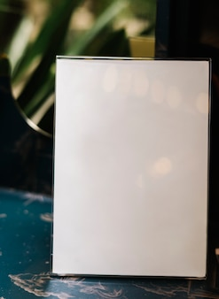 Weißes a4-plakatmodell innerhalb eines acrylständers