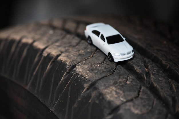 Weißes auto auf dem autoreifen.