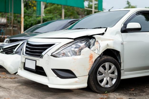 Weißes auto der nahaufnahme in der front ist durch unfall beschädigt worden