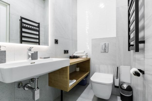 Weißes badezimmer in einem modernen
