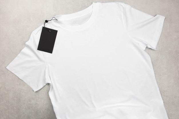 Weißes baumwoll-t-shirt-modell der damen mit etikett, design-t-shirt-vorlage