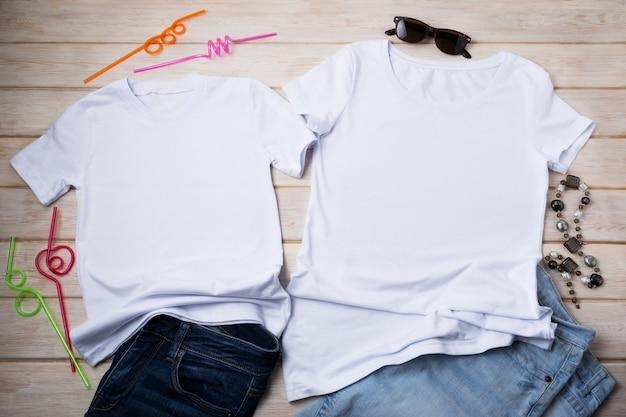 Weißes baumwoll-t-shirt-modell im family-look mit halskette, sonnenbrille, jeans und dekorativen cocktail-trinkhalmen. design-t-shirt-set-vorlage, t-shirt-druck-präsentationsmodell