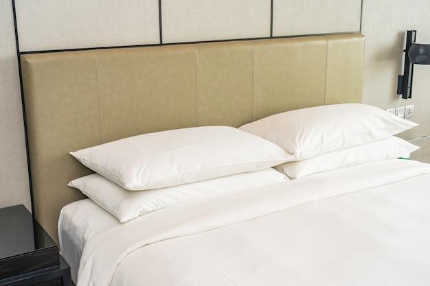 Weißes bequemes kissendekorationsinneres des schlafzimmers