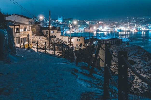 Weißes betonhaus in der nacht