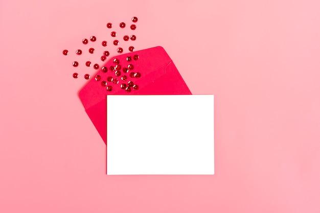 Weißes blatt papier für eine nachricht an einen geliebten menschen