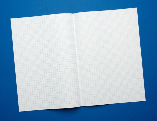 Weißes blatt papier in einem käfig aus einem schulheft