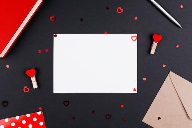 Weißes blattpostkartenplatz für text am valentinstag, flache lage
