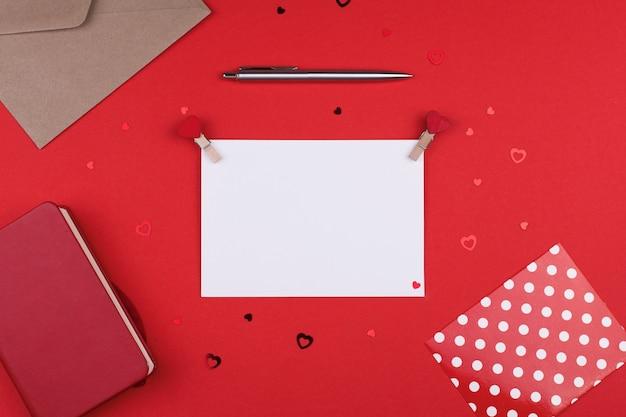 Weißes blattpostkartenplatz für text am valentinstag, flache lage.