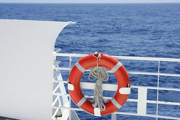 Weißes bootshandlaufdetail der kreuzfahrt im blauen meer