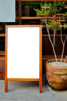 Weißes brett vor dem café, restaurant, um ein spezielles menü in japan-stil zu beachten.