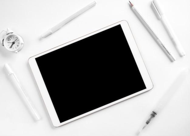 Weißes briefpapier und tablette auf schreibtisch