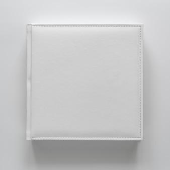 Weißes buch in ledereinband. druckprodukte. fotobücher und alben. einzelne produkte.