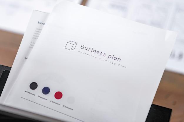 Weißes businessplanbuch auf holztisch