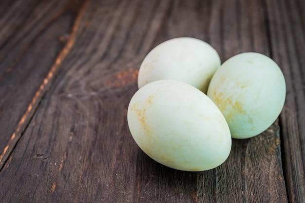Weißes ei auf hölzernem hintergrund