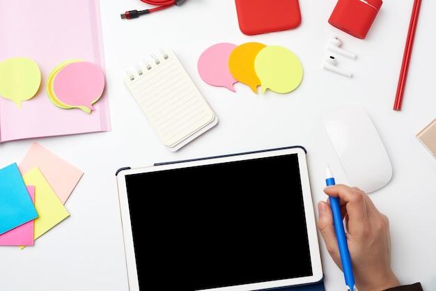 Weißes elektronisches tablet und kabellose maus, der vorgang des arbeitens oder zeichnens auf dem bildschirm