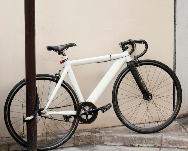 Weißes fahrrad mit schwarzen details