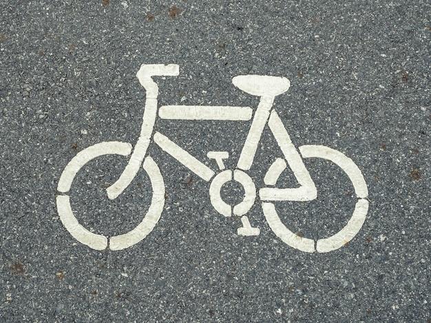 Weißes fahrradsymbol auf der straße